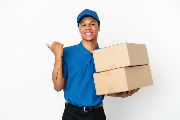 Levering afro-amerikaanse man geïsoleerd op een witte achtergrond die naar de zijkant wijst om een product te presenteren
