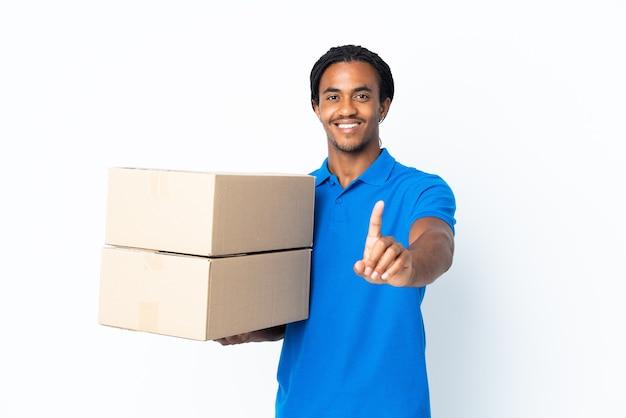 Levering afro-amerikaanse man met vlechten geïsoleerd op een witte achtergrond tonen en heffen van een vinger