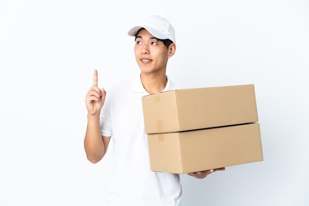 Levering chinese man geïsoleerd op een witte muur met een geweldig idee