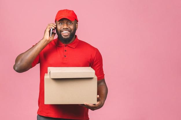 Levering concept. afro-amerikaanse levering zwarte man met pakket. met behulp van telefoon.