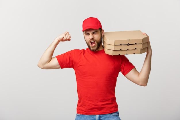 Levering concept - portret van sterke knappe bezorger buigen zijn spier en houden pizzadoos