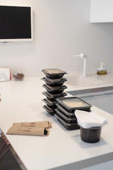 Levering eten, producten aan huis. winkelen en gezond voedsel concept. close-up van wegwerpdozen met voedsel, gesorteerd op maaltijden
