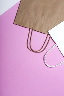 Levering fastfood papieren zakjes milieuvriendelijke voedselverpakkingen op een gekleurde ondergrond.