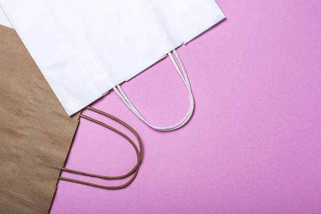 Levering fastfood papieren zakjes milieuvriendelijke voedselverpakkingen op een gekleurde ondergrond