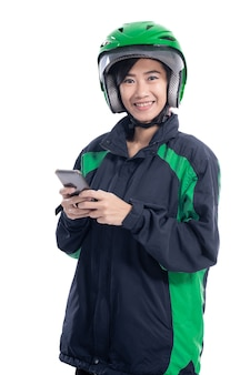 Levering koerier met helm met smartphone geïsoleerd op witte achtergrond