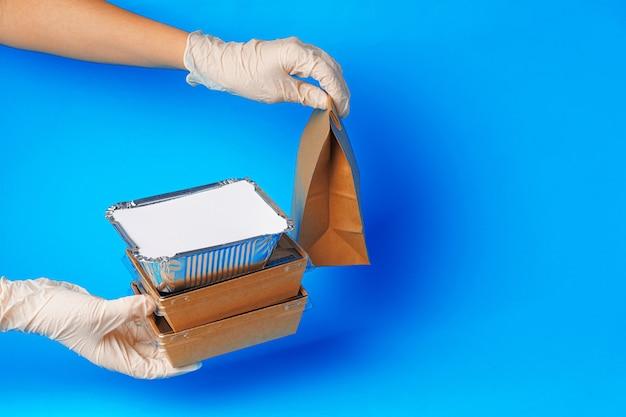 Levering man handen geven voedsel containers en pakketten. levering concept