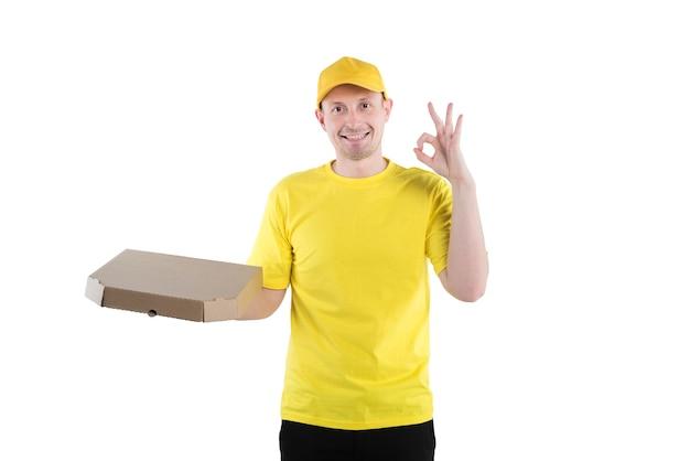 Levering man in geel uniform op witte achtergrond vertoont ok teken