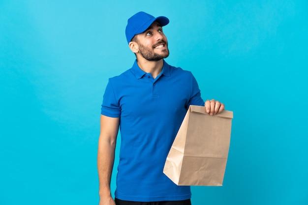 Levering man met baard geïsoleerd op blauw