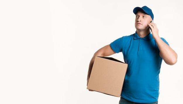 Levering man met kartonnen doos met kopie ruimte