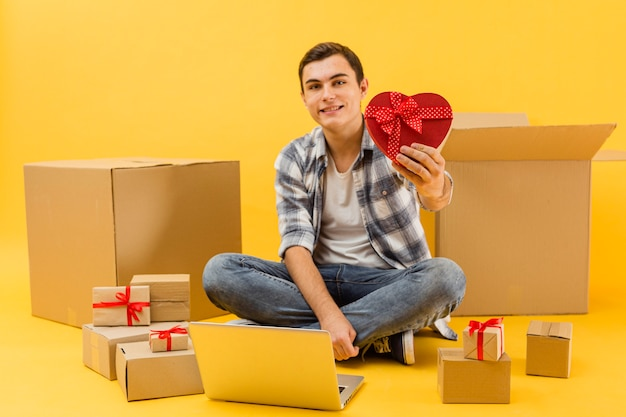 Levering man met pakketten voor valentijnsdag