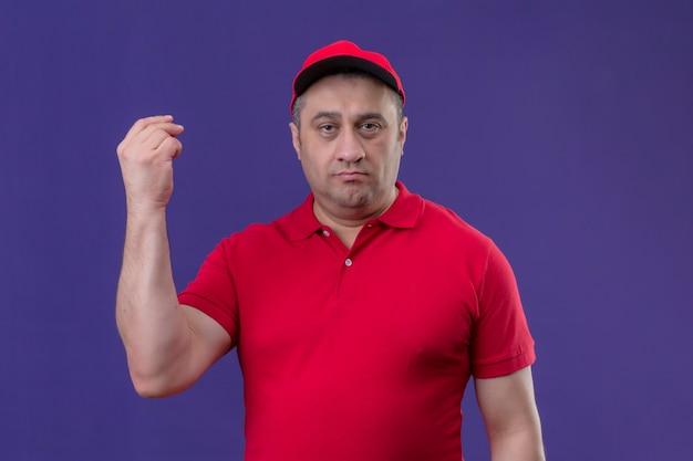 Levering man met rode uniform en pet ontevreden staan met opgeheven hand