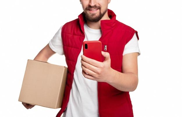 Levering man met smartphone en doos