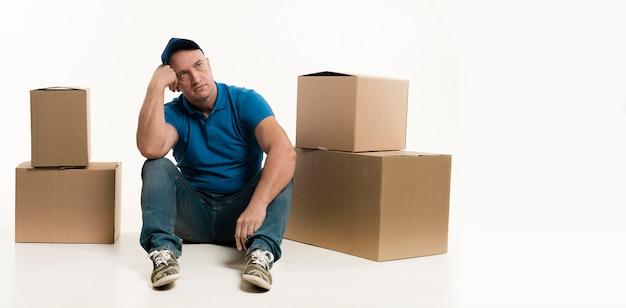 Levering man poseren met kartonnen dozen