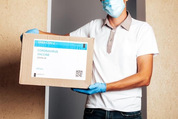 Levering medische doos van vaccins. de koerier bezorgt het vaccin. covid19-virus