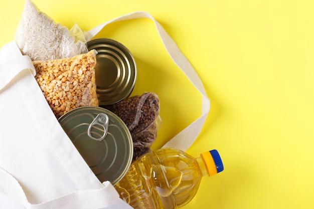 Levering van eten, donatie. textiel tas met voedselvoorraden crisis voedselvoorraad voor quarantaine