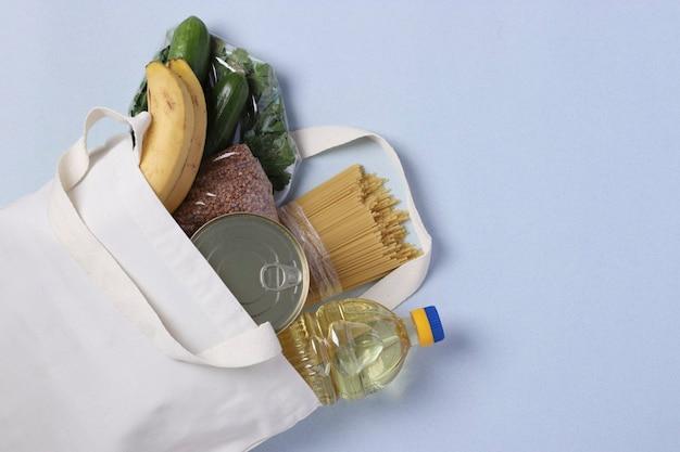 Levering van eten, donatie. textiel tas met voedselvoorraden crisis voedselvoorraad