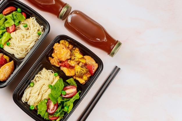 Levering van gezond eten of afhaalmaaltijden in een plastic container. horeca-industrie.