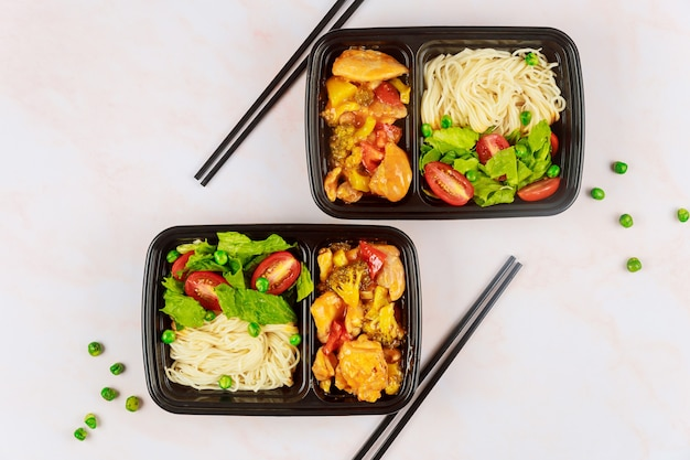 Levering van gezond eten of afhaalmaaltijden in een plastic container