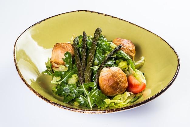 Levering van gezond voedsel in restaurant, salade, tweede gerecht of eerste gerecht op wit oppervlak