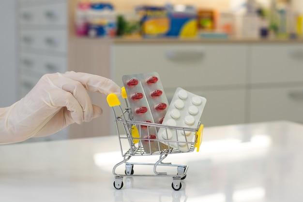 Levering van medicinale tabletten van de apotheek in een kar