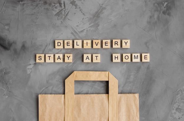 Levering van producten, voedsel aan huis. papieren zak. blijf thuis.