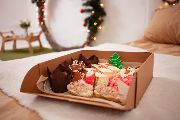 Levering van voedsel aan het huis voor het nieuwe jaar met peperkoek, muffins en cakes