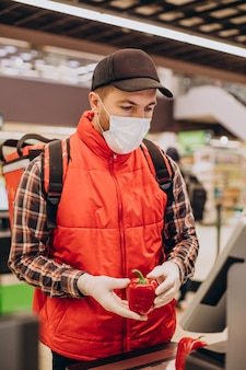 Levering van voedsel man producten kopen bij de supermarkt