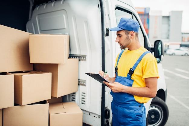 Levering van vracht, mannelijke koerier met doos in de hand