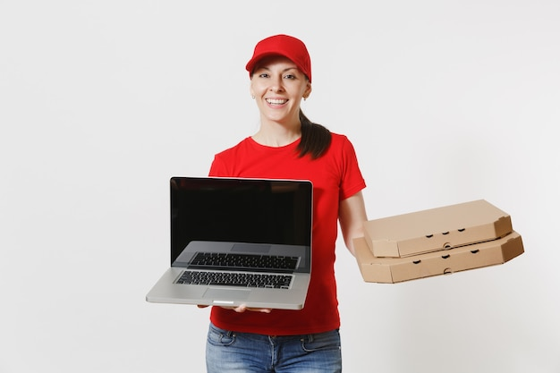 Levering vrouw in rode dop, t-shirt eten bestellen italiaanse pizza in kartonnen flatbox dozen geïsoleerd op een witte achtergrond. vrouwelijke koerier met laptop pc-computer met leeg zwart leeg scherm.