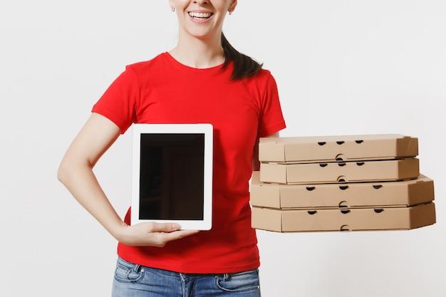 Levering vrouw in rode dop, t-shirt eten bestellen italiaanse pizza in kartonnen flatbox dozen geïsoleerd op een witte achtergrond. vrouwelijke koerier met tablet pc-computer met leeg zwart leeg scherm.