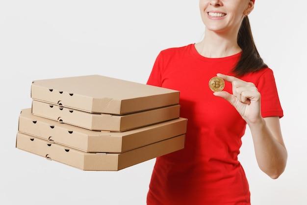 Levering vrouw in rode dop, t-shirt eten bestellen italiaanse pizza in kartonnen flatbox dozen geïsoleerd op een witte achtergrond. vrouwelijke pizzaman werkt als koerier met bitcoin, munt van gouden kleur.