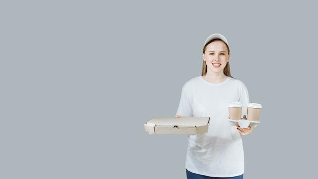 Levering vrouw met pizza en koffie.