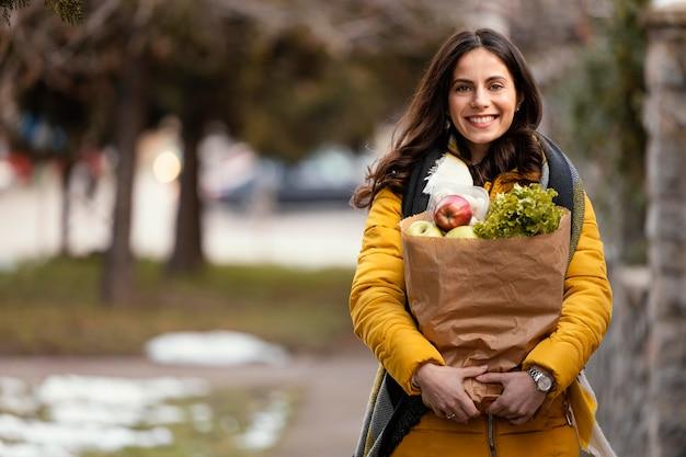 Levering vrouw met voedselpakket