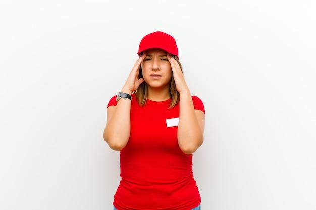 Levering vrouw op zoek gestrest en gefrustreerd, werkt onder druk met hoofdpijn en last van problemen tegen wit