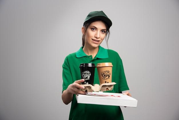 Levering vrouw pizzadoos geven aan klant