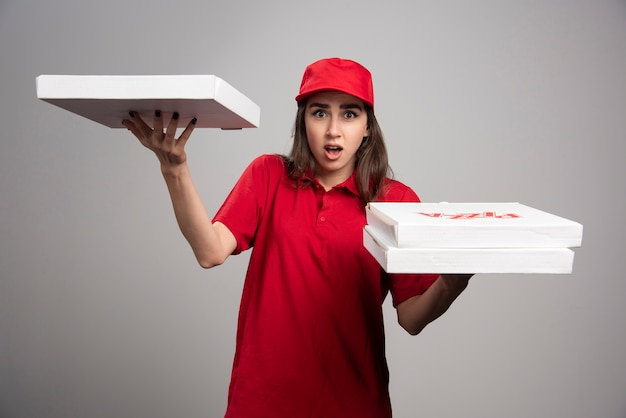 Levering vrouw poseren met pizza bestellingen.