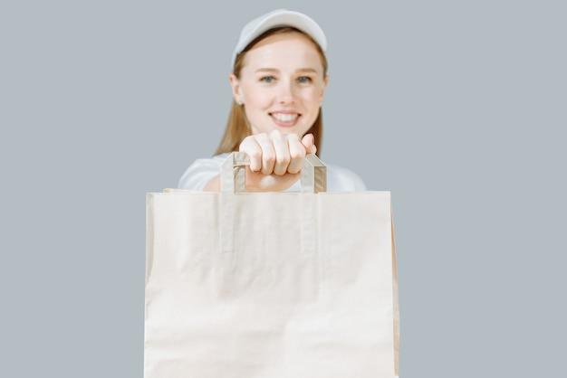 Levering vrouw van producten in een papieren zak