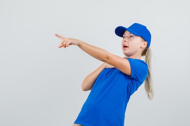 Levering vrouw wegwijzend in blauw t-shirt en pet en verbaasd kijken