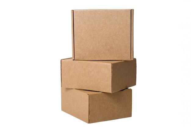Levering. zelfverzamelende kartonnen dozen op wit wordt geïsoleerd.