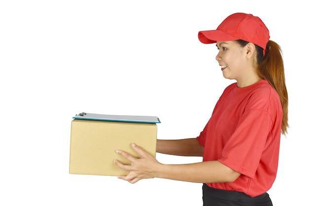 Leveringsconcept leveringsvrouw die doos met klembord op witte achtergrond houdt