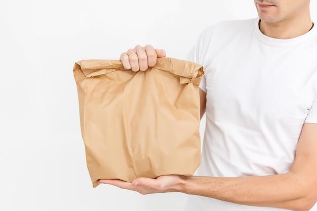 Leveringskerel die een document zak en een klembord houden dat op witte achtergrond wordt geïsoleerd