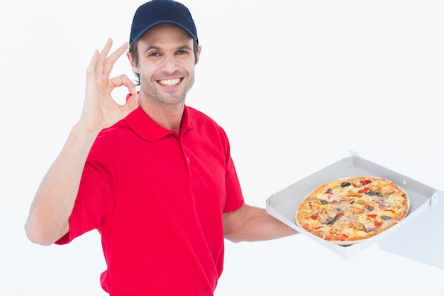 Leveringsmens die ok gesturing terwijl het houden van verse pizza