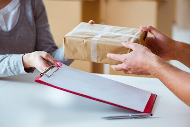 Leveringsmens die pakketdoos leveren