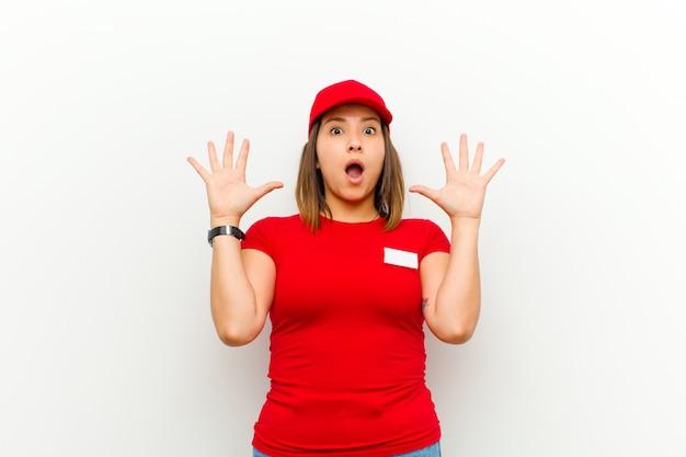 Leveringsvrouw die met handen omhoog in de lucht gilt, woedend, gefrustreerd, gestrest en overstuur voelt