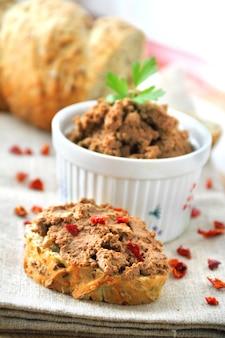 Leverpastei met paprika met sneetjes volkorenbrood