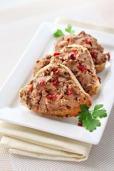 Leverpastei met paprika op sneetjes volkorenbrood