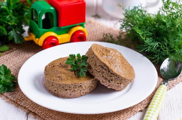 Leversoufflé in een witte kom op tafel. recepten voor kinderen.