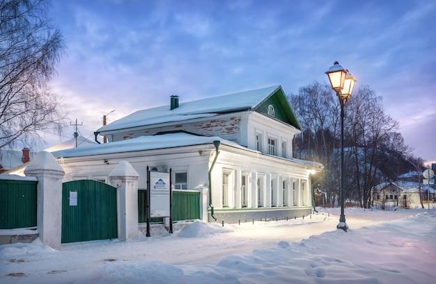 Levitan museum aan de wolga-dijk in plyos in de sneeuw in het licht van avondlantaarns