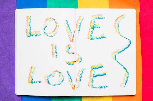 Lgbt-bericht op regenboog achtergrond