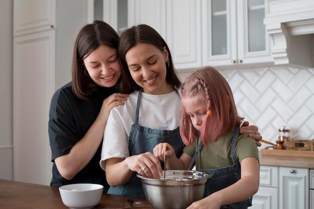 Lgbt-echtpaar brengt tijd door met hun dochter